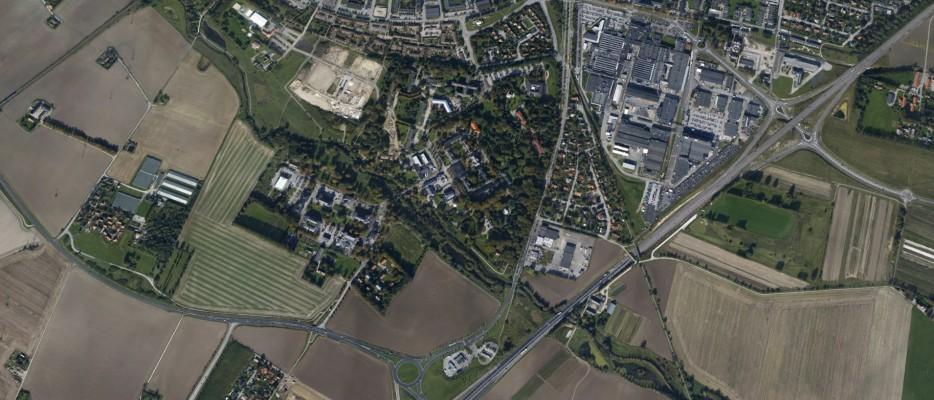 St. Larsparken. En uppvuxen parkmiljö norr om Höjeå diagonalt genom bilden och väster om Malmövägen
